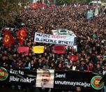 Diyarbakır'ın Sur ilçesinde terör örgütü PKK mensuplarınca güvenlik güçlerine ateş açılmasının ardından çıkan çatışmada hayatını kaybeden Diyarbakır Baro Başkanı Tahir Elçi için Koşuyolu Parkı'ndaki İnsan Hakları Anıtı önünde tören düzenlendi. Törenin ardından defnedilmek üzere Yeniköy Asri Mezarlığına götürülen cenaze aracına vatandaşlar eşlik etti.  (Ramazan Kaya - Anadolu Ajansı)